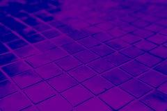 Den h?rliga closeupen texturerar abstrakta tegelplattor och svart och purpurf?rgad bakgrund f?r v?gg f?r f?rgexponeringsglasmodel royaltyfri foto
