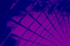 Den h?rliga closeupen texturerar abstrakta tegelplattor och svart och purpurf?rgad bakgrund f?r v?gg f?r f?rgexponeringsglasmodel arkivfoton