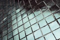 Den h?rliga closeupen texturerar abstrakta tegelplattor och vit f?rgglasv?ggbakgrund f?r den silver och och modellen arkivbilder