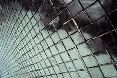 Den h?rliga closeupen texturerar abstrakta tegelplattor och vit f?rgglasv?ggbakgrund f?r den silver och och modellen royaltyfri fotografi