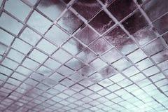 Den h?rliga closeupen texturerar abstrakta tegelplattor och vit f?rgglasv?ggbakgrund f?r den silver och och modellen fotografering för bildbyråer