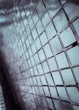 Den h?rliga closeupen texturerar abstrakta tegelplattor och vit f?rgglasv?ggbakgrund f?r den silver och och modellen royaltyfri bild