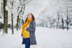 Den h?rliga gravida kvinnan som g?r i vinter, parkerar royaltyfria bilder