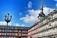 Den h?rliga huvudsakliga fyrkanten i Madrid kallade Plaza Borgm?stare fotografering för bildbyråer