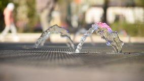 Den h?rliga springbrunnen i staden parkerar i sommar arkivfilmer