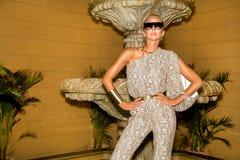 Den h?rliga trendiga unga kvinnan som poserar i, parkerar, solglas?gon, jumpsuiten, h?ga h?l, blont h?r Modesommarfoto brigham royaltyfri fotografi