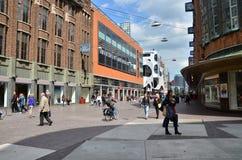 Den Haag, die Niederlande - 8. Mai 2015: Leute, die auf venestraat Einkaufsstraße in Den Haag kaufen Lizenzfreie Stockfotos