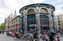Den Haag, die Niederlande - 8. Mai 2015: Leute, die auf venestraat Einkaufsstraße in Den Haag kaufen Lizenzfreie Stockbilder