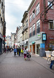 Den Haag, die Niederlande - 8. Mai 2015: Leute, die auf venestraat Einkaufsstraße in Den Haag kaufen Lizenzfreie Stockfotografie