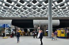 Den Haag, die Niederlande - 8. Mai 2015: Reisende am Hauptbahnhof von Den Haag Stockfotos