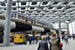 Den Haag, die Niederlande - 8. Mai 2015: Reisende am Hauptbahnhof von Den Haag Lizenzfreies Stockbild