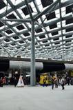 Den Haag, die Niederlande - 8. Mai 2015: Reisende am Hauptbahnhof von Den Haag Lizenzfreie Stockbilder