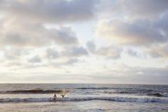 Den Haag, Nederland, 10 augustus 2012: het paar stoot op het strand aan Stock Fotografie