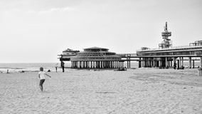 Den Haag, Nederland - Mei 8, 2015: Kinderen die bij het strand met de Pijler van Scheveningen spelen Royalty-vrije Stock Fotografie