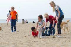 Den Haag, Nederland - Mei 8, 2015: Kinderen die bij het strand, Scheveningen spelen Stock Fotografie
