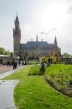 Den Haag, Nederland - Mei 8, 2015: Verslaggevers bij het Vredespaleis in Den Haag, Nederland Stock Afbeelding