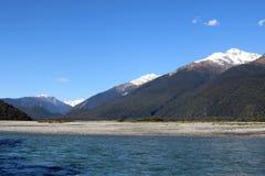 Den Haast floden, Mt-lösningen, Mt avvärjer, Mt Trent, NZ Royaltyfria Foton
