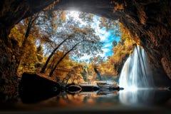 Den Haew Suwat vattenfallet på den Khao Yai nationalparken i Thailandl är a Royaltyfri Foto