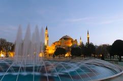 Den Hagia Sophia Byzantine arkitekturen och springbrunnen i Istanbul royaltyfri foto