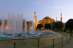 Den Hagia Sophia Byzantine arkitekturen och springbrunnen i Istanbul royaltyfria bilder