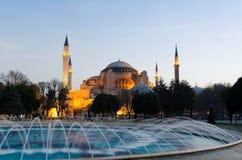 Den Hagia Sophia Byzantine arkitekturen och springbrunnen i Istanbul royaltyfri bild