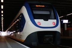 Den Hague, Nederland, 15 Februari, 2019: De achtermening van een witte treinsprinter van NS stock afbeelding