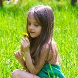 Den Haired flickan i en vår parkerar Fotografering för Bildbyråer