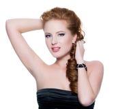 den haired glamouren gör den röda sinnliga övre kvinnan Arkivfoto