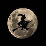 Den Hallowen häxan flyger i månen Arkivfoton