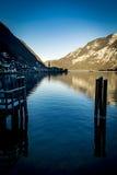 Den Hallstatt byn reflekterade i sjön i den Salzkammergut regionen av Österrike Arkivbilder