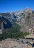 Den halva kupolen och den Yosemite dalen beskådar från glaciären pekar i sommar. Arkivbilder