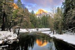 Den halva kupolen reflekterade i den Merced floden, den Yosemite nationalparken Royaltyfria Foton