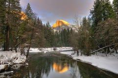 Den halva kupolen reflekterade i den Merced floden, den Yosemite nationalparken Fotografering för Bildbyråer