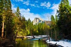 Den halva kupolen vaggar, gränsmärket av den Yosemite nationalparken, Kalifornien Royaltyfria Foton