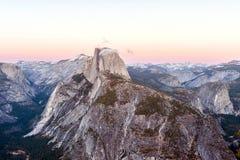 Den halva kupolen vaggar i den Yosemite nationalparken på solnedgången Royaltyfria Foton