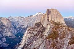 Den halva kupolen vaggar i den Yosemite nationalparken på solnedgången Fotografering för Bildbyråer