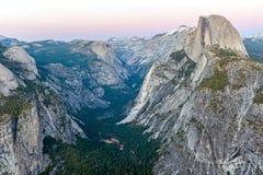 Den halva kupolen vaggar i den Yosemite nationalparken på solnedgången Arkivfoton
