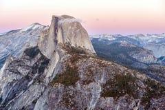 Den halva kupolen vaggar i den Yosemite nationalparken på solnedgången Arkivbild
