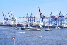 Den Hamburg hamnen, födelsedag ståtar med olika skepp Royaltyfria Bilder