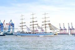 Den Hamburg hamnen, födelsedag ståtar med olika skepp Arkivbild
