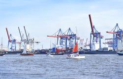 Den Hamburg hamnen, födelsedag ståtar med olika skepp Royaltyfri Bild