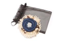 Den handgjorda broschen som har form av blomman som göras från grov bomullstvill på vit, snör åt tyg Fotografering för Bildbyråer