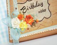 Den handgjorda gåvaasken dekorerade med färgrika pappers- rosor Arkivfoto