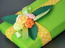 Den handgjorda gröna gåvaasken dekorerade med färgrika pappers- rosor Royaltyfri Foto