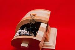 Den handgjorda körsbäret och sörjer smyckenasken arkivbilder