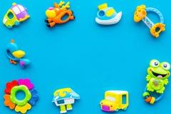 Den handgjorda leksaker för nyfött behandla som ett barn rattle Blå modell för bästa sikt för bakgrund arkivfoto
