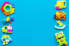 Den handgjorda leksaker för nyfött behandla som ett barn rattle Blå modell för bästa sikt för bakgrund royaltyfri fotografi