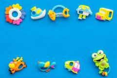 Den handgjorda leksaker för nyfött behandla som ett barn rattle Blå modell för bästa sikt för bakgrund royaltyfri foto