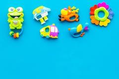 Den handgjorda leksaker för nyfött behandla som ett barn rattle Blå modell för bästa sikt för bakgrund arkivbild