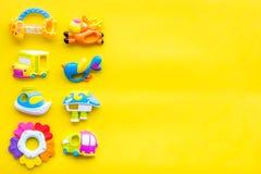Den handgjorda leksaker för nyfött behandla som ett barn rattle Gul modell för bästa sikt för bakgrund royaltyfri foto
